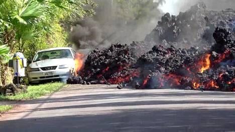 Maanantaina kuvatulla videolla nähdään, kuinka asuinalueella leviävä laava tuhoaa henkilöauton.
