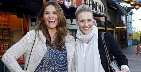 Nauravaiset Janina Fry ja Vanessa Kurri saapuivat yhdessä Linnanmäen Peacock-teatteriin.