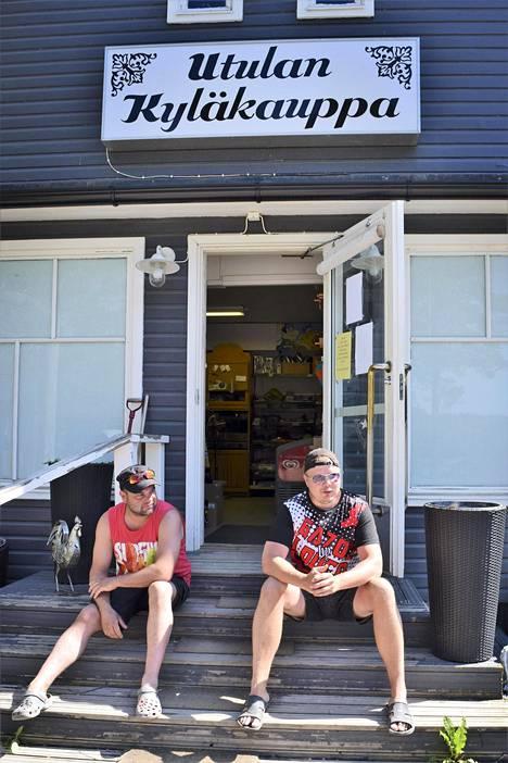 Imatralaiset Jukka Tuononen ja Jukka Huhtanen poikkesivat veneretkellään Utulan kyläkauppaan. Kaverukset ovat huristelleet pitkin Saimaan selkää jo pari viikkoa.
