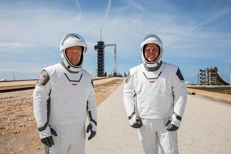 Nasan astronautit Douglas Hurley ja Robert Behnken pukeutuivat Space X:n asuun kuvaustilaisuudessa viikonloppuna.