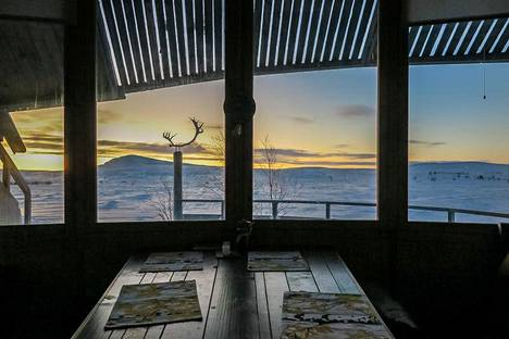 Hillagamissa erityistä on, että mökki tuntuu sulautuvan täysin ympäristöönsä. Ikkunoista näkyy suoraan tähtitaivaalle.