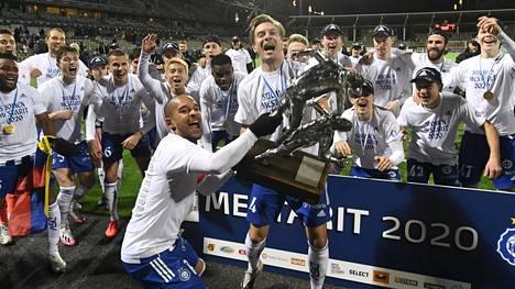 HJK:n kapteeni Nikolai Alho ja Markus Halsti nostelivat mestaruuspatsasta keskiviikkona kauden viimeisen kierroksen jälkeen.