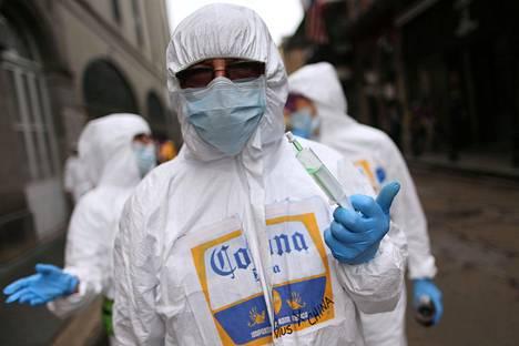 Karnevaaliparaatin osallistujat pilailivat koronaviruksella 24. helmikuuta New Orleansissa.