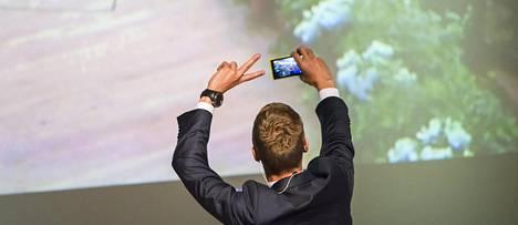 Alexander Stubb otti Lahden puoluekokouksessa selfien linjapuheensa jälkeen.