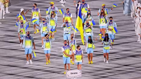 Ukrainan joukkue marssimassa Tokion olympiastadionille.