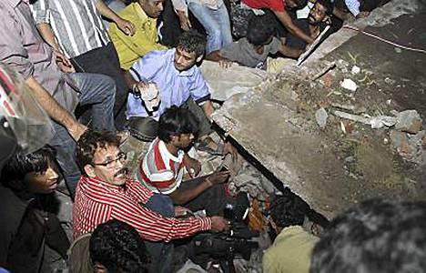 Delhissä yritettiin epätoivoisesti pelastaa romahtaneen talon alle jääneitä.