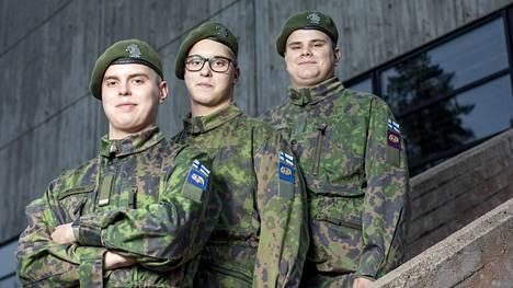 Kolmoset Jesse (vas), Joni ja Jere Pesonen ovat harrastaneet kilpatanssia. – Pysymme armeijassa hyvin rytmissä, he kertovat.