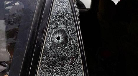 Luodinreikä autossa, johon suomalaisnaiset ammuttiin.