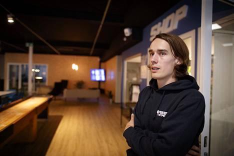 Jalkapallotaustainen Eetu Rahkola yrittää tehdä padelista monia muita lajeja yhteisöllisempää.