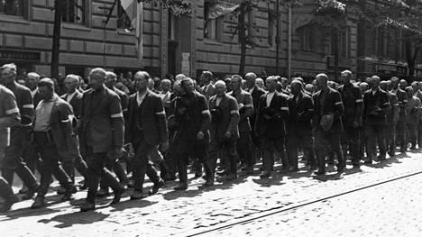 Talonpoikaismarssin reitti kulki myös Bulevardilla, jonka varrella sijaitsevassa Vanhankirkon puistossa laskettiin seppeleitä sankarihaudoille.