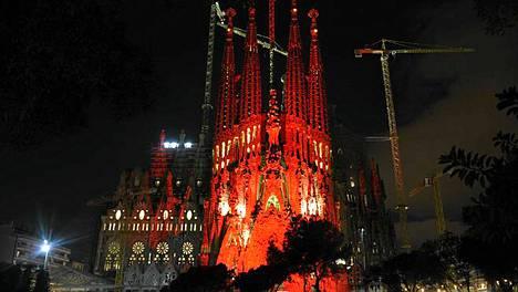 Sagrada Familia valaistiin punaiseksi joulukuun alussa maailman aids-päivänä.