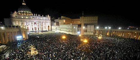 Tuhannet ihmiset kokoontuivat seuraamaan paavin valintaa.