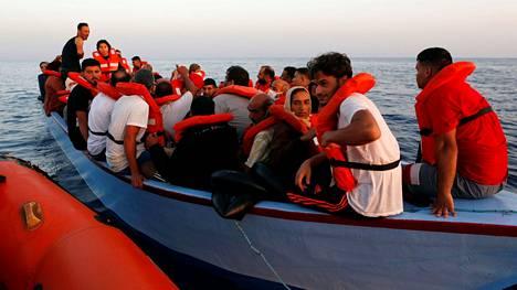 Saksalainen Sea-Watch 3 -alus pelasti perjantaina Libyan rannikon tuntumasta siirtolaisveneen.
