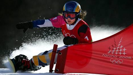 Julie Pomagalski vauhdissa Torinon talviolympialaisissa vuonna 2006. Hän sijoittui naisten parisuurpujottelussa kuudenneksi.