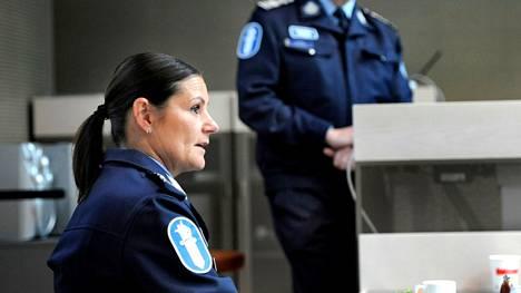 Apulaispoliisipäällikkö Maria Hoikkala pelkää kansalaisten luottamuksen poliisiin horjuvan.