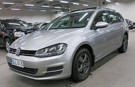 Volkswagen Golf Variant Comfortline 1.6-litraisella dieselmoottorilla ja DSG-automaattilaatikolla lienee 270 000 km:n mittarilukemalla haastava myytävä, vaikka auto onkin melko tuore, vuosimallia 2015. Kuvan autoa myy Raision Auto-Center 9 999 euron hintapyynnöllä.