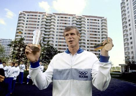 Pertti Karppinen juhlii Moskovan olympiakultaansa kädessään Urho Kekkosen lahjoittama Taistelijan Malja.