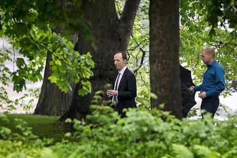 Viikonloppuna puheenjohtajaksi valittu Jussi Halla-aho kävi maanantaiaamuna Kesärannassa keskustelemassa hallitusyhteistyöstä. Vähän tämän jälkeen Juha Sipilä ja Petteri Orpo ilmoittivat, että hallitusyhteistyö perussuomalaisten kanssa ei ole mahdollista ja Sipilä kertoi jättävänsä hallituksen eroanomuksen seuraavana päivänä.