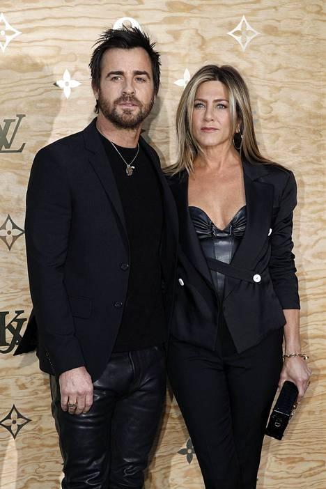 Vielä viime vuoden huhtikuussa pariskunta poseerasi yhdessä kuvaajille seurapiiritilaisuudessa. Huhujen mukaan Theroux nauttii edelleen suuresti seurapiirielämästä, kun taas Aniston haluaisi mieluummin rauhoittua kotioloissa.