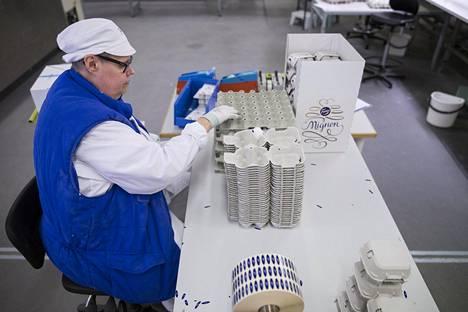 Pirjo Holm ehtii pakata yhdessä vuorossa yli 2000 munaa.