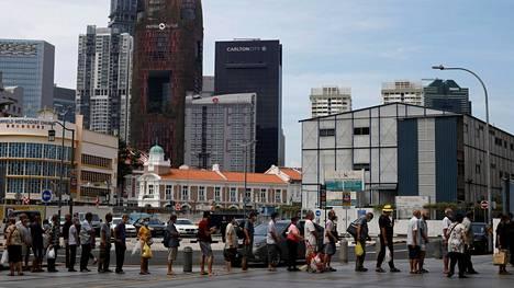 Vähävaraiset jonottivat ravintolan jakamaa ruoka-ateriaa Singaporen Chinatownissa 17. huhtikuuta.