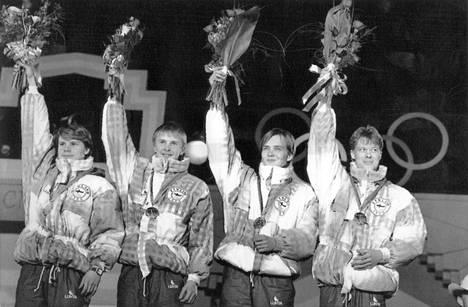 Suomen joukkue – vasemmalta Ari-Pekka Nikkola, Matti Nykänen, Tuomo Ylipulli ja Jari Puikkonen – juhli olympiakultaa Calgaryssä helmikuussa 1988.