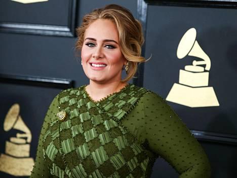 Adele juhli Grammy-gaalassa vuonna 2017.