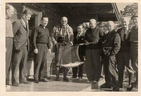 Kalastusseurue ja melkoinen vonkale. Kuka tietää, missä otettu ja keitä kuvassa presidentti Kekkosen lisäksi?