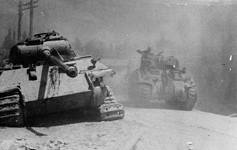 Liittoutuneiden Sherman-tankki ohittaa tuhotun saksalaisen Panther-panssarivaunun Italiassa vuonna 1944.
