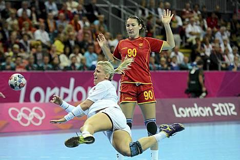 Näyttää pahasti siltä, että Suomi on jäämässä toista kertaa ilman kultamitalia kesäolympialaisissa. Ensimmäinen kerta ilman kultaa oli Ateenassa vuonna 2004. Nyt Suomen saldo Lontoosta on 1 hopea ja 2 pronssia. Kun Suomi ei voita, juhlitaan sitten vaikka tätä. Naapurimaamme Norja voitti Lontoon olympialaisten toisen kultamitalinsa lauantaina. Kuvassa Norjan Heidi Loke heittää Montenegron Milena Knezevicin edessä naisten käsipallon loppuottelussa. Norja voitti olympiakultaa kaatamalla Montenegron maalein 26-23 (13-13). Norjan mitalisaldo on nyt 2 kultaa, 1 hopea ja 1 pronssi. Käsipallossa pronssia vei Espanja voittamalla pronssiottelussa Etelä-Korean toisen jatkoajan jälkeen maalein 31-29. Kultaa on myös toisella naapurillamme Ruotsilla, jonka mitalisaldo on 1 kulta, 3 hopeaa ja 3 pronssia. Pohjoismaista Tanska on menestynyt parhaiten. Sillä on kasassa 2 kultaa, 4 hopeaa ja 3 pronssia.