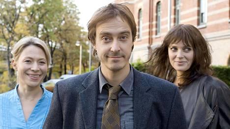 Mikko Virtaseen (Jonas Karlsson) ihastuvat Lotta (Frida Hallgren, vas.) ja Maria (Josephine Bornebusch, nyt tummatukkaisena toisin kuin Solsidan-sarjassa).