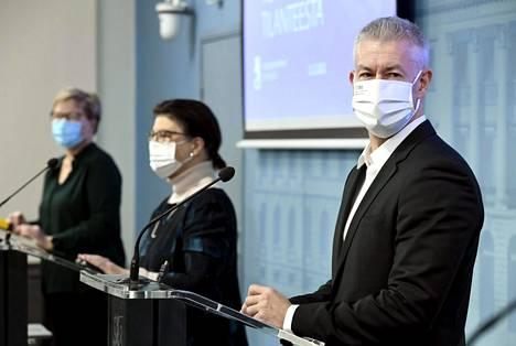 THL:n ylilääkärin Taneli Puumalaisen mielestä on aihetta selvittää, pitäisikö Suomen rokotusjärjestystä muuttaa niin, että pahimmat epidemia-alueet rokotetaan ensin. Se olisi kuitenkin hankalaa kansalaisten yhdenvertaisuuden kannalta sekä vaatisi myös huolellisen mallinnuksen ja pohdinnan logistiikkaketjun uudelleenjärjestämisestä.