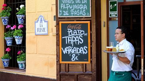 Baareissa ja ravintoloissa voi olla tarjolla myös valmiita tapaslajitelmia, plato de tapas variadas. Tapasperinteen juuret juontavat mahdollisesti aikoihin, jolloin viinilasi suojattiin baarissa kärpäsiltä peittämällä se kinkunviipaleella tai leipäpalalla – tapa tarkoittaa espanjaksi kantta.