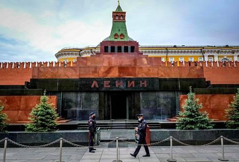Leninin mausoleumin vartijoilla on kasvomaskit Moskovan Punaisella torilla.