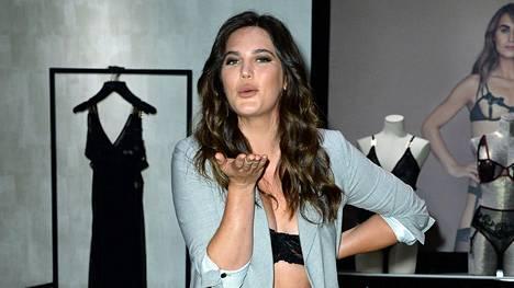 Ali Tate-Cutler on Victoria's Secretin ensimmäinen koon 44 malli.