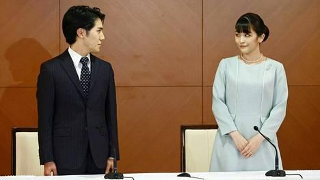 Prinsessa Mako ja hänen tuore aviomiehensä Kei Komaro pitivät lehdistötilaisuuden tiistaina.