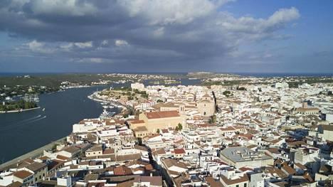 """""""Ihastuimme espanjalaiseen Menorcan saareen ensivisiitillä niin palavasti, että sinne oli pakko muuttaa asumaan. Kätevällä paikalla sijainnut vanha talo löytyi saaren pienestä pääkaupungista Maósta""""."""