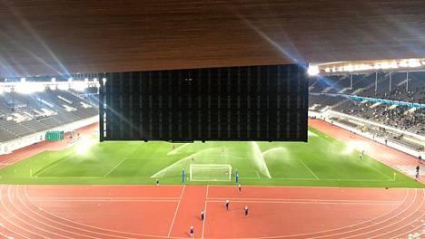 Tällainen näkymä avautuu Olympiastadionin 38. penkkiriviltä.