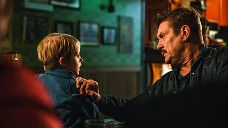 Santeri Kinnunen esittää tv-sarjassa pienen Samu-pojan enoa, joka tykkää istua iltaa kapakoissa.