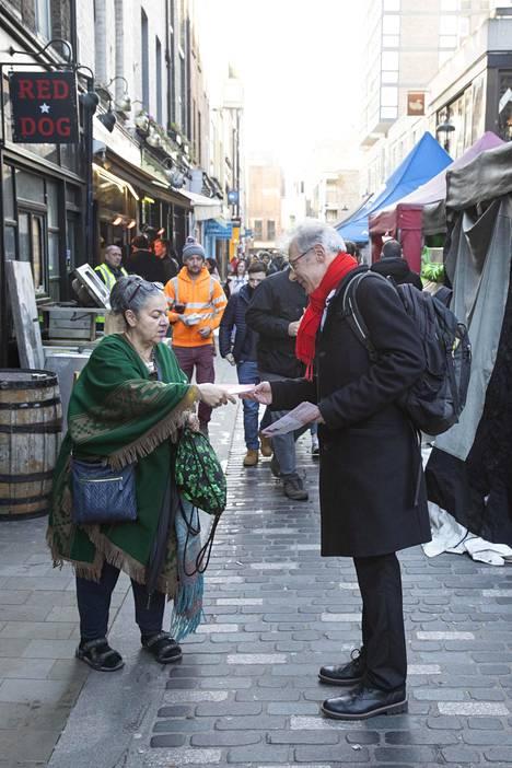Ehdokas Gordon Nardell (oik.) ja äänestäjä Athena Krambites Westminsterissä.