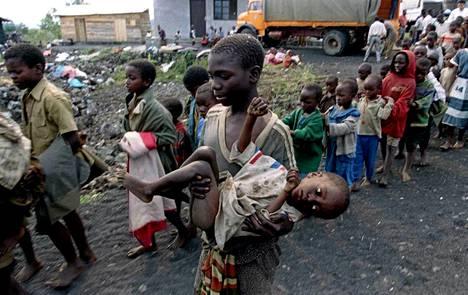 Punaisen Ristin pelastamat 150 orpolasta kulkivat kohti Goman kaupunkia Ruandassa heinäkuussa 1994.