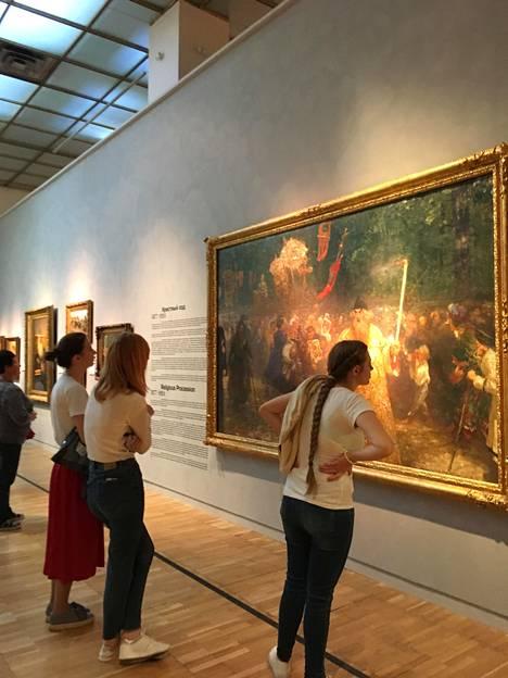 Ihmisiä Tretjakovin gallerian Ilja Repin -näyttelyssä Moskovassa.