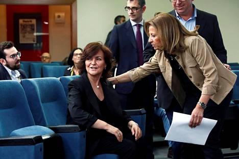 Varapääministeri Carmen Calvo (vas.) osallistui lehdistötilaisuuteen, jossa esiteltiin Espanjan uusi hallitus.