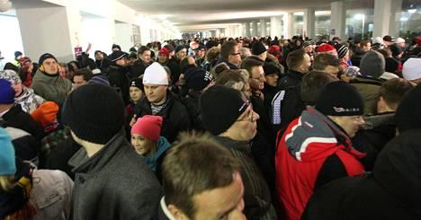 Katsojia jonottamassa mm. olutta Olympiastadionilla jääkiekon Talviklassikossa vuonna 2011.