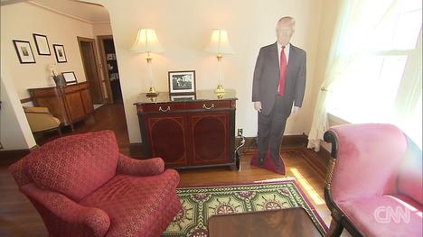 Pahvi-Trump vastaanottaa vieraat nurkassa.