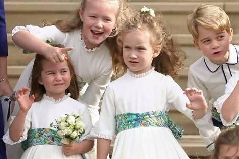 Lapset vilkuttelivat portailla vihkimisen jälkeen.