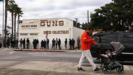Asiakkaat jonottivat asekauppaan sunnuntaina Culver Cityssä Kaliforniassa.