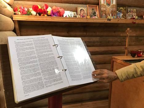Venäjän Memorial-järjestö on selvitellyt Sandarmohin ja Krasnyi borin teloitettujen nimiä. Kuvassa on Sandarmohin joukkohautapaikan tsasounassa säilytettvä uhrien muistokirja.