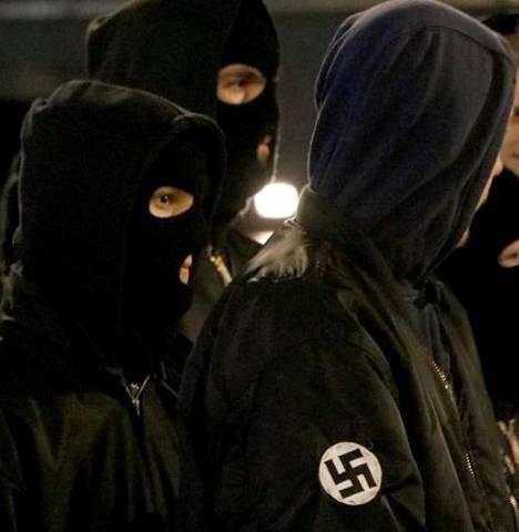 Suojelupoliisi ei kerro, kuinka monta äärioikeistolaista on sen kohdehenkilöiden joukossa. Kuvassa uusnatsit marssivat Helsingissä itsenäisyyspäivänä 2019.