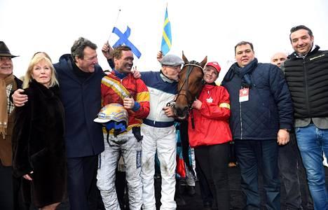 Timo Nurmos hehkui onnesta Readly Expressin vieressä suurkilpailun voittajaseremonioissa.